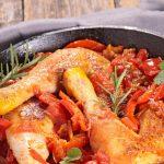 La coccotte en fonte permet de réaliser et réussir la recette poulet basquaise